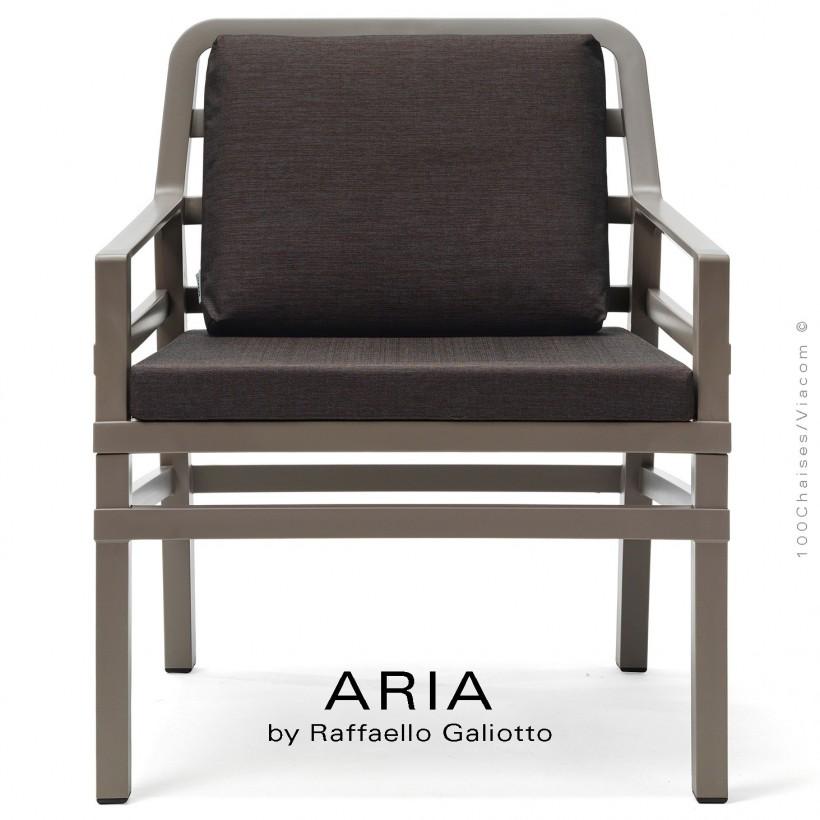 Fauteuil lounge ARIA, structure plastique gris tourterelle, avec coussin d'assise et dossier café.