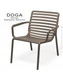 Fauteuil lounge design DOGA relax, structure et assise plastique monobloc couleur tabac.