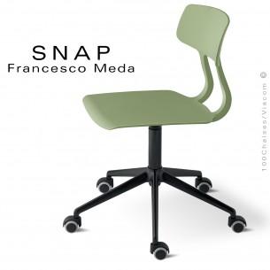 Chaise de bureau SNAP, piétement aluminium noir avec roulettes, assise hauteur réglable, pivotante coque couleur pistache.