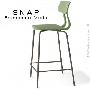 Tabouret de cuisine SNAP, piétement peint marron, assise coque plastique couleur pistache.