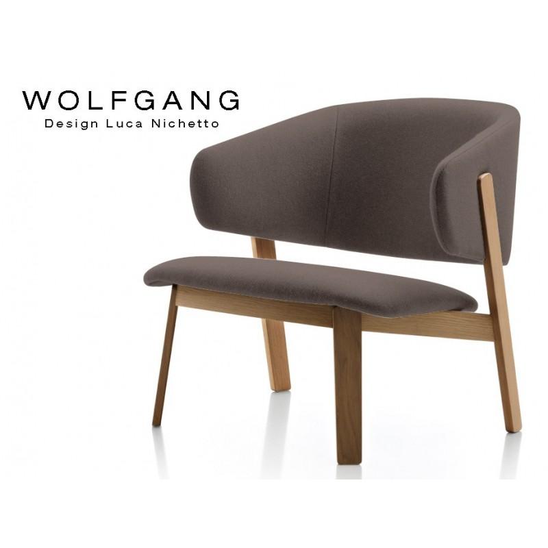 WOLFGANG lounge, fauteuil design bois, finition noix, assise capitonné marron.