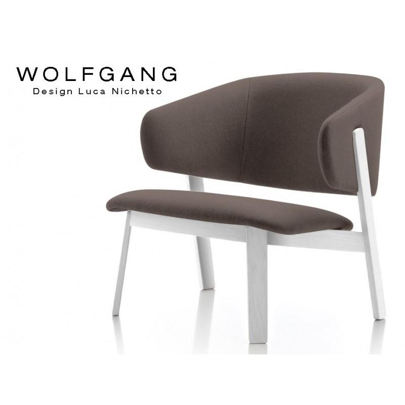 WOLFGANG lounge white, fauteuil design bois, assise capitonnée marron.