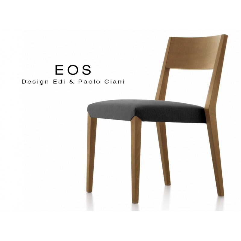 Chaises EOS design en bois, vernis noyer moyen, assise capitonnée noire.