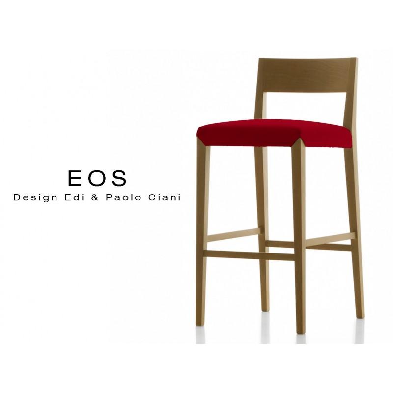 Tabouret EOS design en bois, vernis noyer moyen, assise capitonnée rouge.