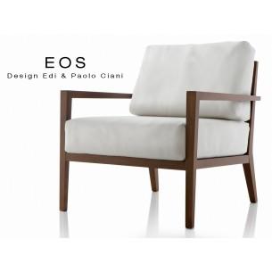 Fauteuil lounge EOS design en bois, finition vernis acajou, assise capitonnée blanche.