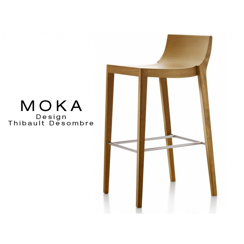 Tabouret design MOKA assise en bois avec demi dossier, finition noyer moyen. Repose-pieds en tube d'aluminium.
