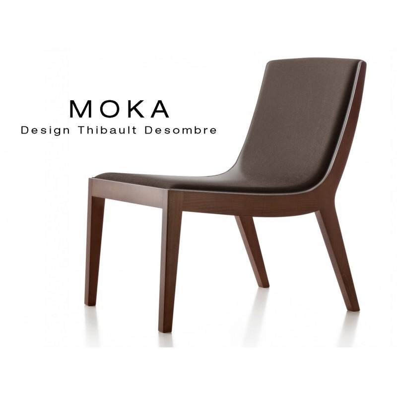 Fauteuil lounge design MOKA en bois finition acajou, assise capitonnée tissu marron.