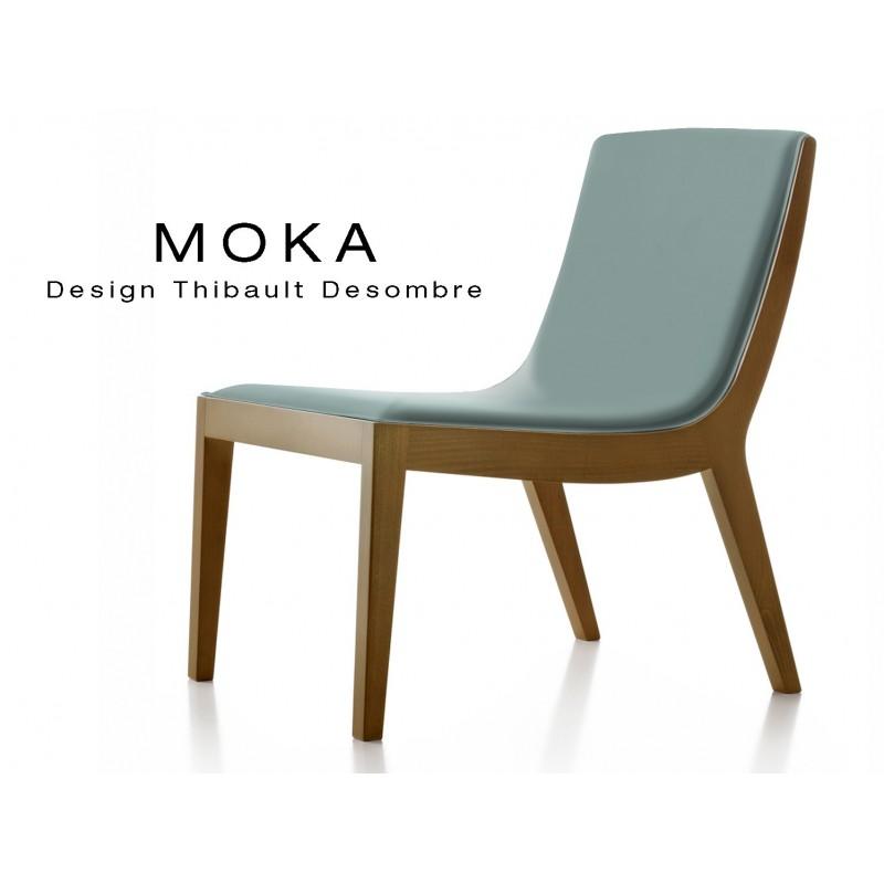 Fauteuil lounge design MOKA en bois finition noyer moyen, assise capitonnée cuir couleur gris perle.
