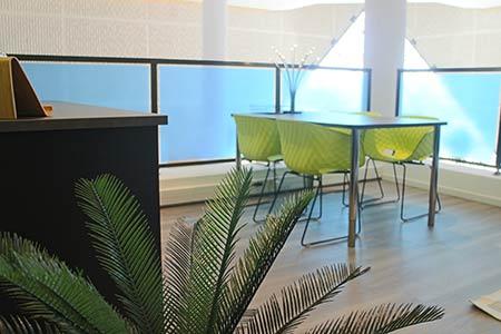 4 chaises design pour showroom