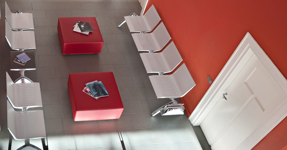 Chaises, fauteuils, poutres: du mobilier design pour votre salle d'attente!